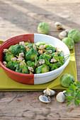 Gemüsepfanne mit Rosenkohl und Muscheln