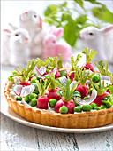 Gemüsetarte mit Radieschen, Erbsen, Minze und Frischkäse