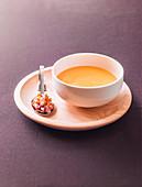 Kürbiscremesuppe mit Mix aus Kürbiswürfeln, Croutons und Speckwürfeln