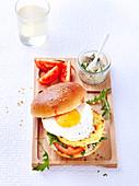 Burger mit Kartoffelrösti und Spiegelei, laktosefrei und ohne Butter