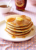 Stapel Pancakes mit Ahornsirup