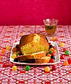 Fruchtig säuerlicher Kastenkuchen mit Maracuja und Fruchtbonbons