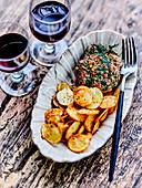 Rindertatar mit Cajun-Gewürzen und knusprigen Kartoffelchips