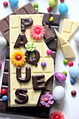 Schokoladentafeln mit Schrift Pâques