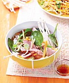 Brühe mit chinesischen Nudeln, Gemüse und Räucherschinken, nach Art von Ramen-Suppe