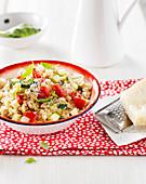 Salat mit gekochtem Weizen, Zucchini, Tomaten und Käse