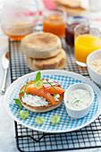 English Muffin mit Lachs und Dillcreme zum Brunch