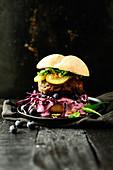 Rindfleisch-Burger mit pikanter Heidelbeersauce