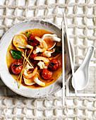 Tom Yum (Thailändische Suppe mit Garnelen und Pilzen)