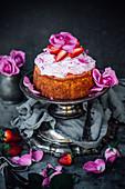 Rote-Bete-Kuchen mit Erdbeermarmelade und Rosenwasser-Buttercreme