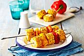 Maisspieße mit roter und gelber Paprika