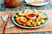 Verschiedene frittierte asiatische Häppchen