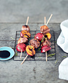 Duck breast and plum brochettes with rosemary