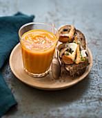 Kürbissuppe dazu Brot belegt mit Pilzen