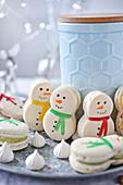 Macaron-Schneemänner als Weihnachtsgebäck