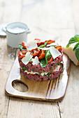 Rindertatar mit konfierten Tomaten, Parmesan und Basilikum