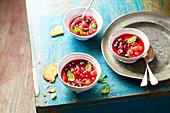 Kompott mit roten Früchten, Ingwer, Anis und Minze