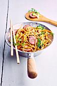 Asianudeln aus dem Wok mit Gemüse und Montbeliard-Wurst