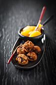 Schokoladen-Knusperkugeln mit Orangensalat