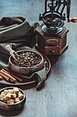 Stilleben mit Vintage-Kaffeemühle, Kaffeebohnen und Zucker