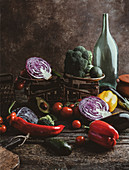 Rustikales Gemüsestilleben mit Vintage-Waage
