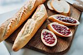 Baguettebrot und Baguettescheiben mit Marmelade