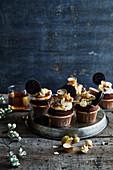 Schokoladen-Cupcakes mit Oreokeksen und Popcorn