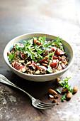Salat mit Feigen, Quinoa, Rucola, Mandeln und Rosinen