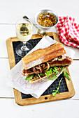 Sandwich mit Bratwurst, Zwiebelconfit und Senf