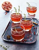 Cognac-Granatapfel-Cocktail mit Thymian