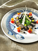Sardine makis farandole, cherry tomatoes, white carrot crisps and mixed lettuce leaves