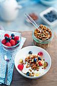 Selbstgemachtes Müsli mit Joghurt, Beeren und Trauben