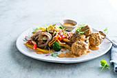 Fleischbällchen mit Gemüse und Nudeln auf thailändische Art
