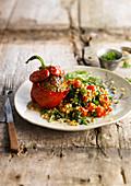 Gefüllte Paprika dazu Weizen mit Spinat und Kirschtomaten