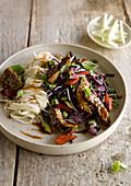 Rindfleisch-Stirfry mit Gemüse und asiatischen Nudeln