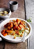 Fleisch-Tajine mit Kichererbsen, Karotten und Couscous