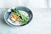 Hühnerbrust mit Pilzrahmsauce, grünen Bohnen und Estragon