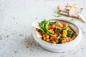 Marokkanischer Gemüseeintopf mit Tortillachips