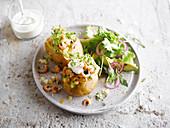 Ofenkartoffel mit Garnelen, Sauerrahm und Salatbeilage
