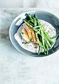Gebratene Hühnerbrust mit Champignoncreme und grünen Bohnen
