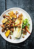 Rinderhackfleisch mit Paprika, Petersilie, Koriander, Kartoffeln und gegrilltem Chinakohl
