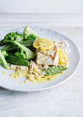 Fisch mit Zitronensauce, Reis und grünem Gemüse