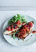Gebackene Aubergine mit Hühnchen und Tomate