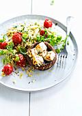 Pilz mit Ziegenkäse und Hirsesalat mit Kirschtomaten