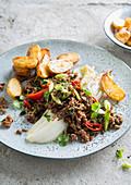 Kalbshackfleisch mit Chinakohl und Bratkartoffeln