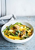 Fleischcurry mit grünem Gemüse und Maiskölbchen