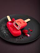 Rotes Beerenstieleis mit Füllung