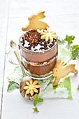 Schokoladenmousse österlich dekoriert mit Hasenkeksen
