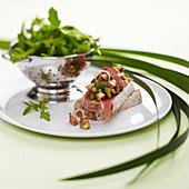 Tartar vom Steinpilz mit Balsamico auf Schwarzbrot