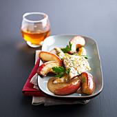 Seebrasse mit Apfelweinsauce und gekochten Apfelspalten